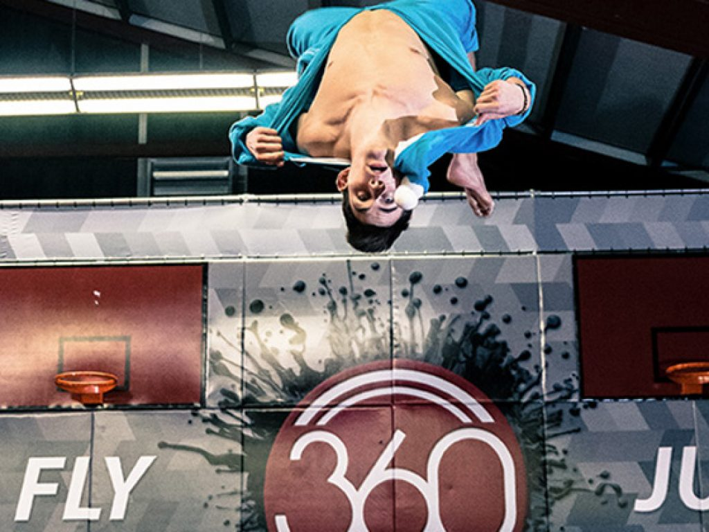 Trampolinhalle 360jump - Mann macht Salto vor Logo
