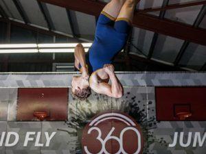 Trampolinhalle 360jump - Mann springt Trampolin vor Logo